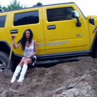 car_stuck_girls_03