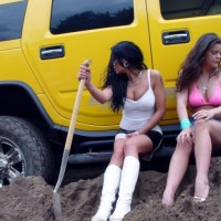 car_stuck_girls_04