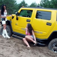 car_stuck_girls_05