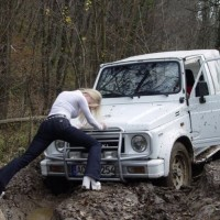 car_stuck_girls_07