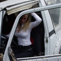 car_stuck_girls_08