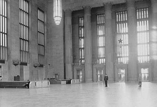 Library of Congress Prints and Photographs Division РЭЙМОНД ЛОУИ. Интерьер железнодорожного вокзала.