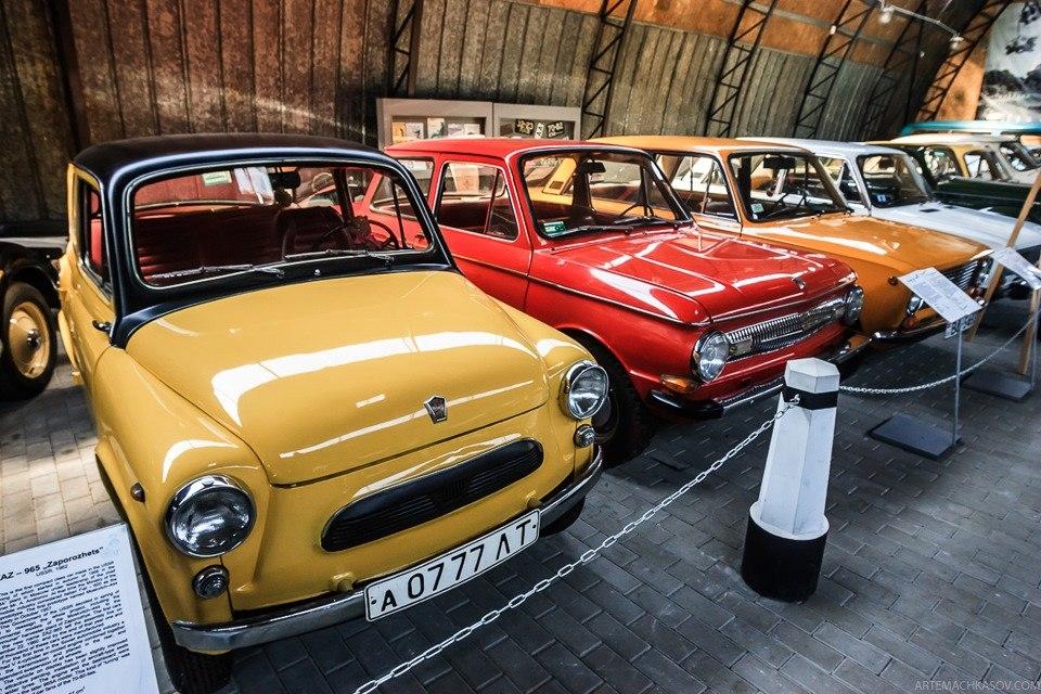 ЗАЗ-965 1962 года, за ним — ЗАЗ-968 B2 1973 года. Вдали — Кабриолет Москвич 400-420А шестидесятых.