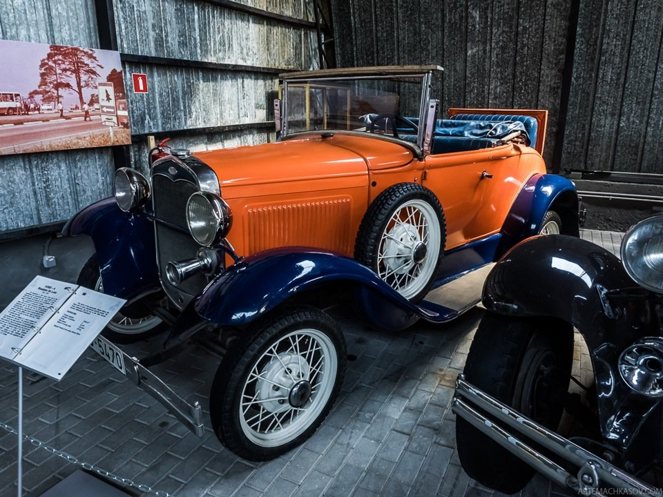 Наследник модели Ford T, Ford A Roadster De Luxe 1930 года.