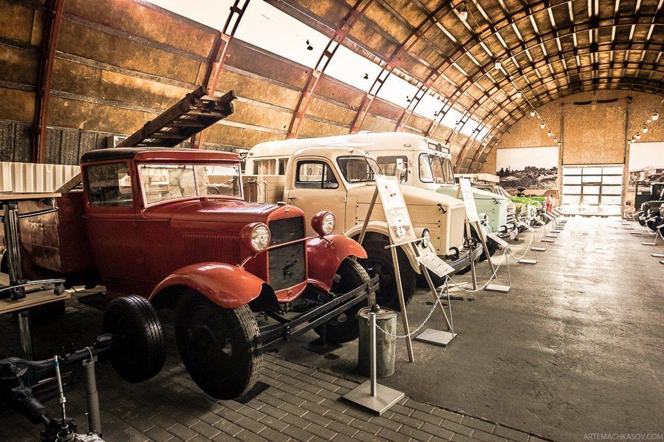 На переднем плане — пожарная машина на шасси ГАЗ-АА 1936 года.