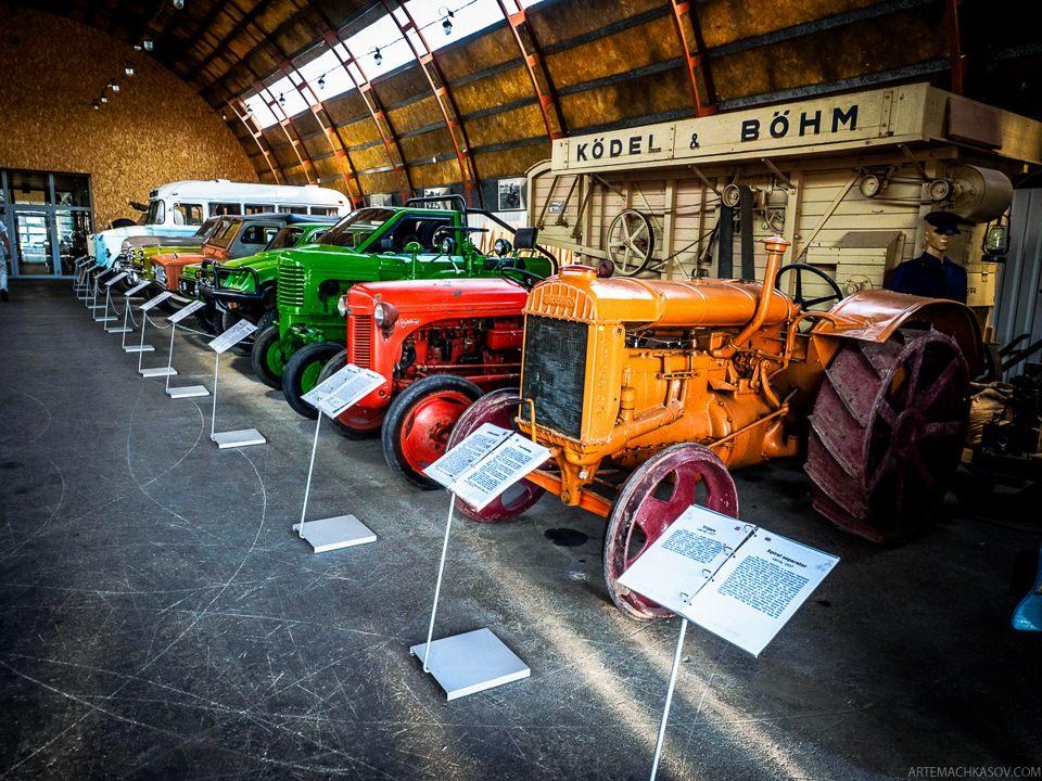 Помимо автомобилей, в музее стоит несколько тракторов.