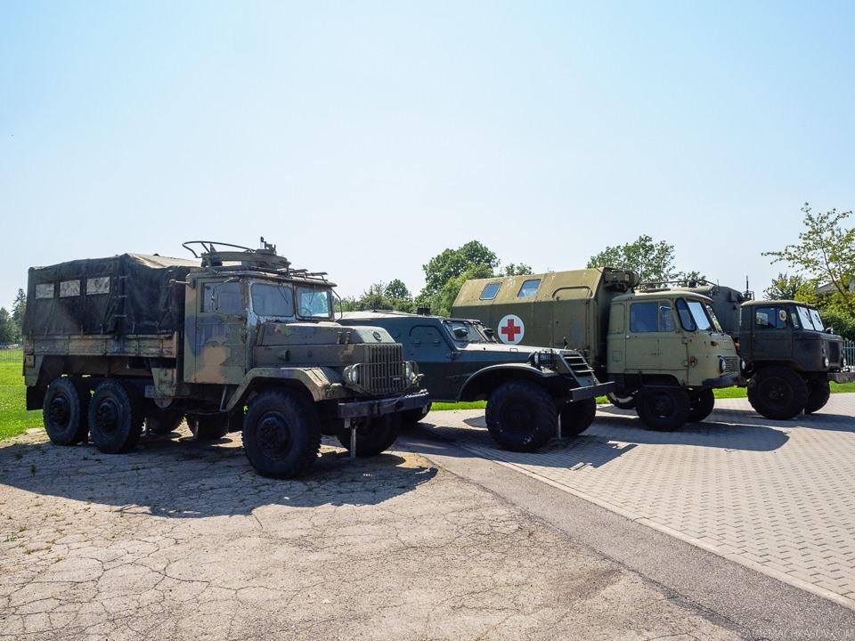 Снаружи выставлены армейские автомобили прошлого века — шведский Volvo TL31 (он же LTGB 934), БТР-152, восточногерманский Robur, ГАЗ-66.