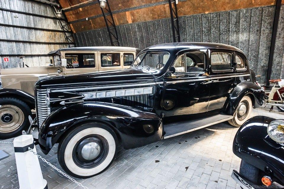 Buick Special 41 1938 года. На заднем плане — Oldsmobile Six F28 S 1928 года.