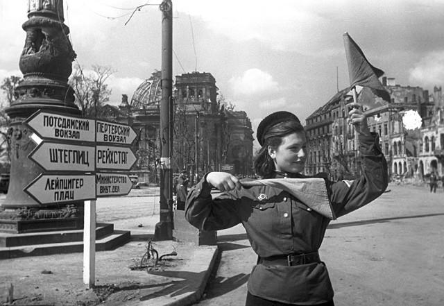 7 мая 1945 года. Регулировщица Катя Спивак на берлинском перекрёстке. Фотограф: Яков Рюмкин
